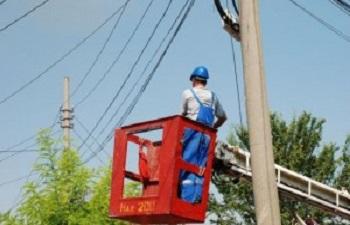 Se lucrează la reţeaua electrică din centrul oraşului