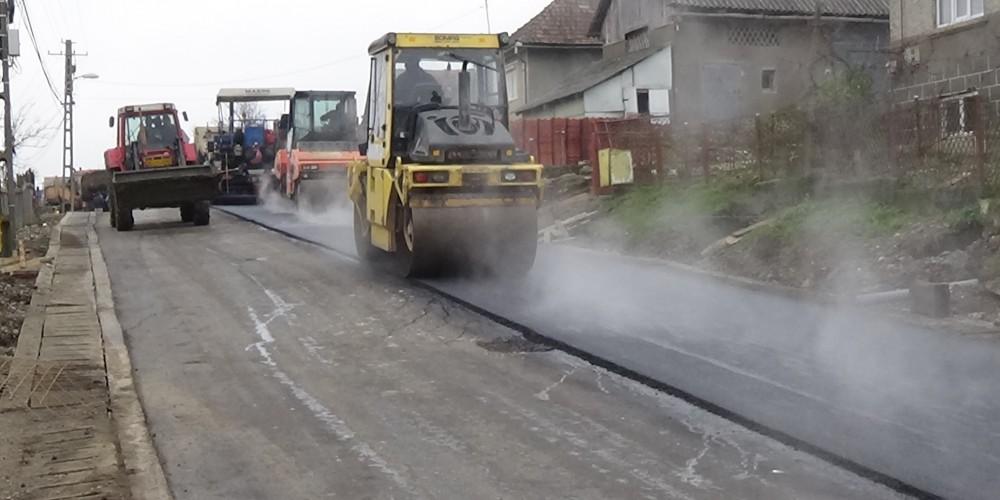 Se asfaltează strada Pinticului