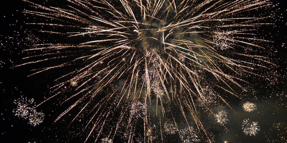Anul Nou întâmpinat în Piaţa Bobâlna cu foc de artificii