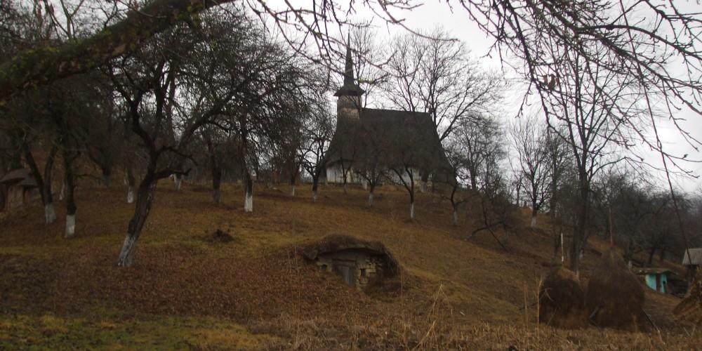"""Biserici uitate: """"Sfinţii Arhangheli Mihail şi Gavril"""" din Strâmbu"""