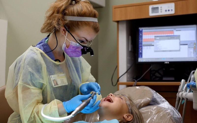 Cabinetele stomatologice din şcoli, pe cale de dispariţie