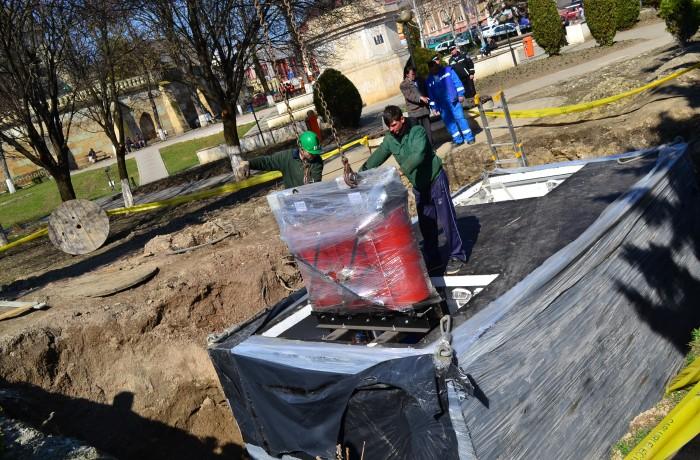 În cadrul lucrărilor din centrul oraşului, s-a instalat postul de transformare subteran în Parcul Mic