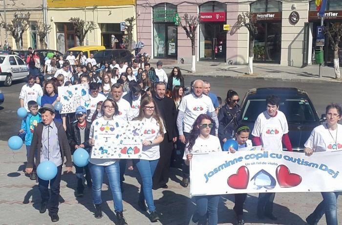 Marș și susținere pentru copiii cu autism, la Dej