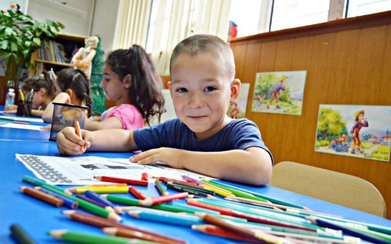 Părinţii trebuie să anunţe autorităţile când pleacă la muncă în afara ţării şi îşi lasă copiii acasă