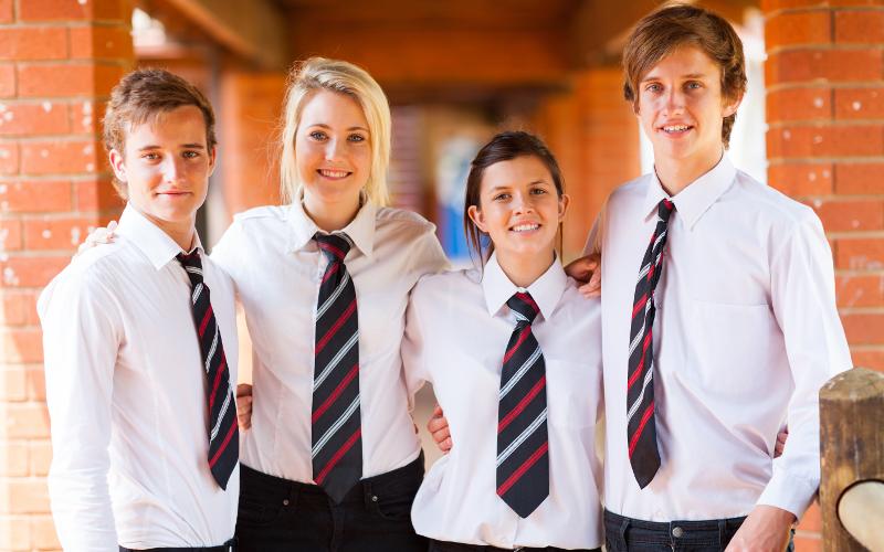 Noul STATUT al ELEVULUI: Cu uniformă și fără telefon mobil la școală