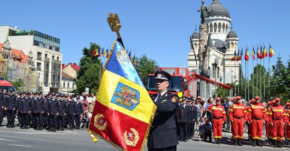 Pompierii clujeni au primit drapelul de luptă