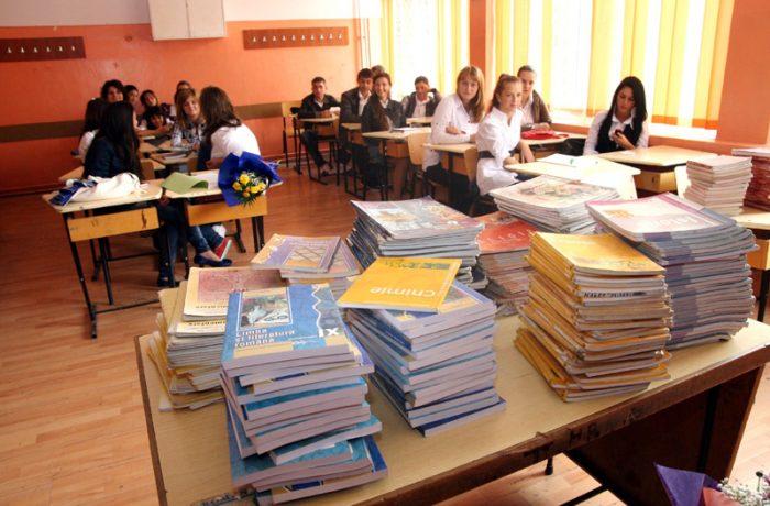 Elevii claselor a XI-a şi a XII-a vor începe școala fără manuale