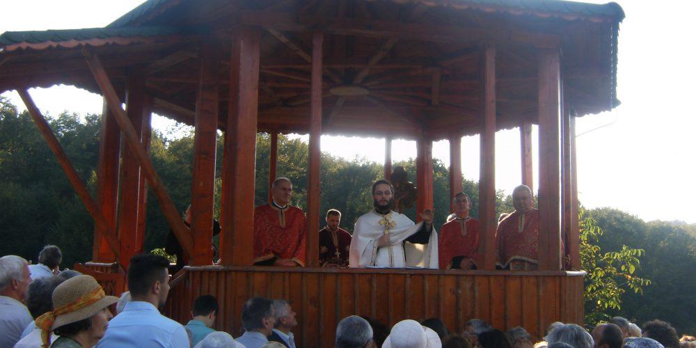 Pelerinaj și oficierea Sfântului Maslu pe Dealul Bacăului