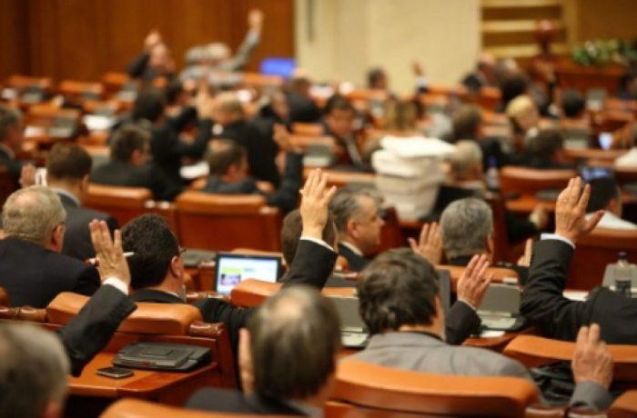 """Încă o lege pentru penali: Deputații au votat """"desființarea"""" conflictului de interese"""