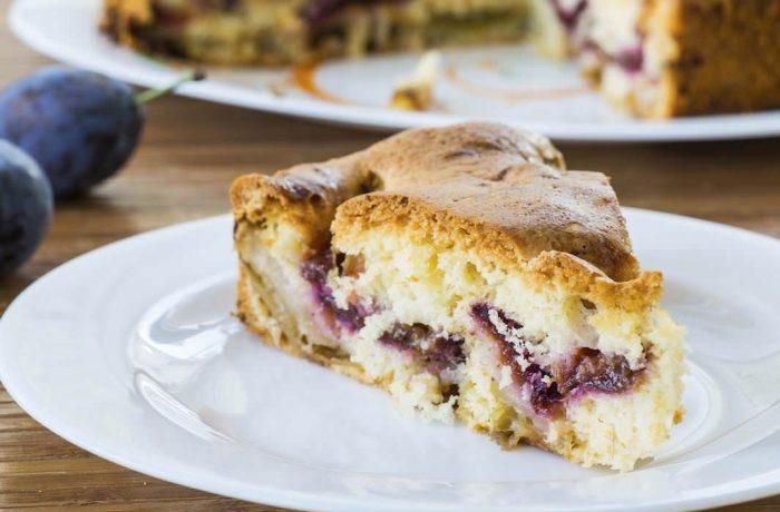 Prăjitură cu prune şi crustă crocantă