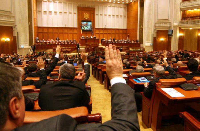 Înainte de alegeri, Parlamentul deschide robinetul de  mărit  salarii!