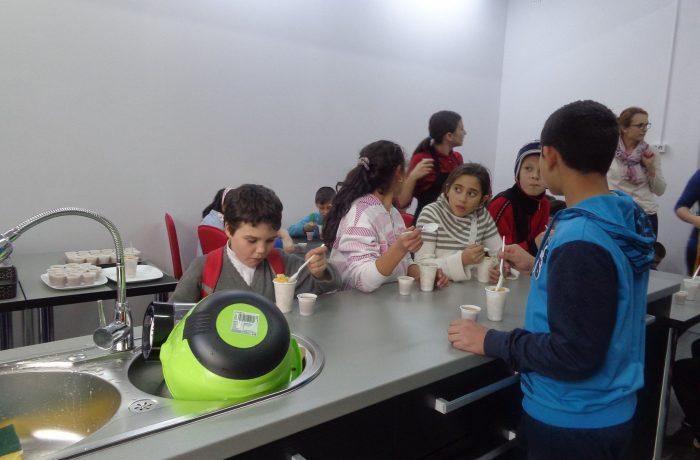 Şcolile de masă ar putea avea clase pentru elevii cu nevoi speciale