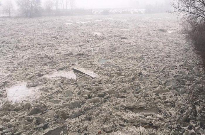 Someșul, blocat de sloiuri la Mica