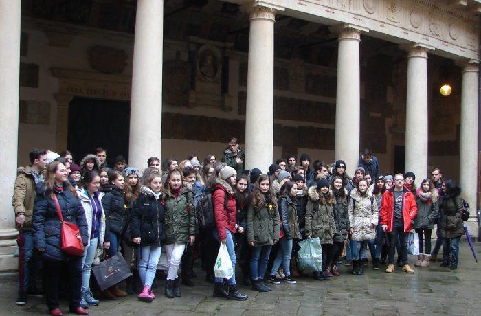 """Un grup de elevi de la Colegiul """"Andrei Mureșanu"""", într-o altfel de vacanță…"""