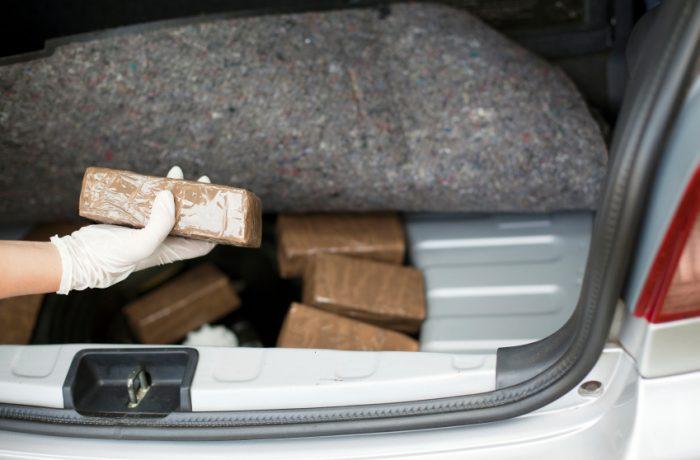 Droguri şi arme confiscate de poliţişti