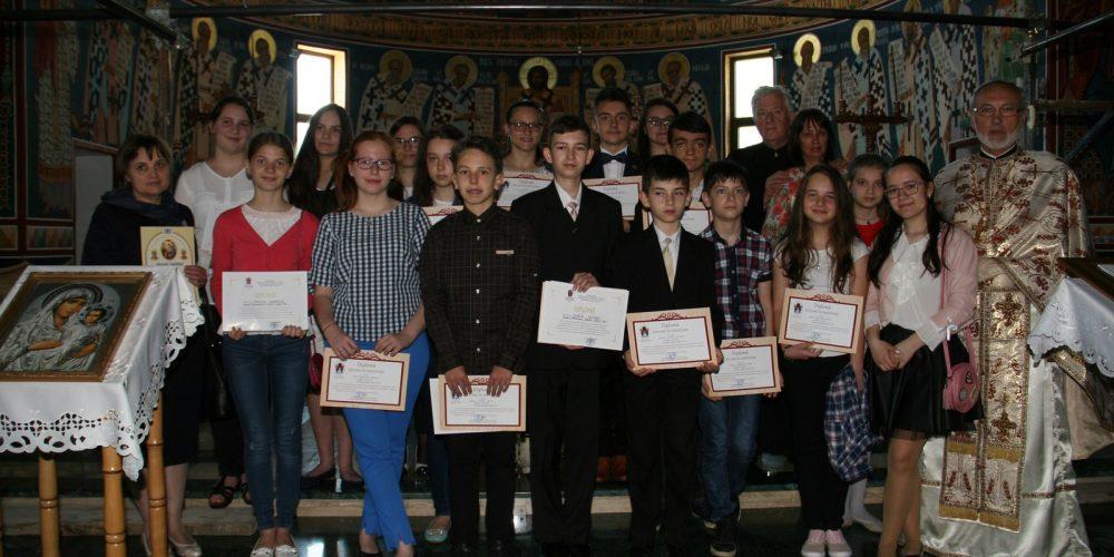 """Premii pentru grupa de cateheză a Bisericii """"Sfânta Treime"""" din Dej"""