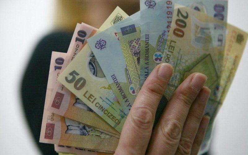 Bugetarii şi-ar putea recupera salariile reduse în perioada 2010-2012