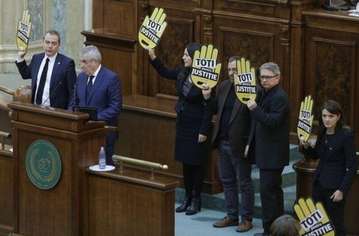 Certuri, proteste și suspendări. Legea statutului magistraților a trecut de Senat.