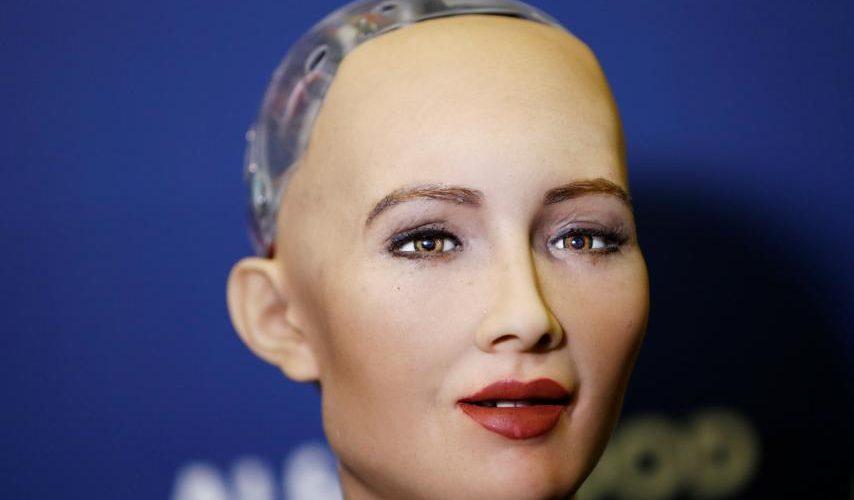 Robotul Sophia vine la București!