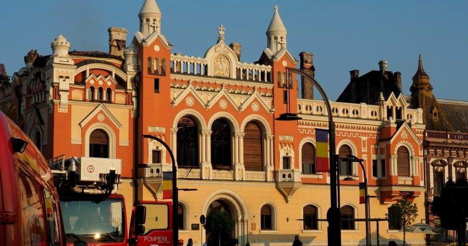 Palatul Episcopiei Greco-Catolice din Oradea, cuprins de flăcări