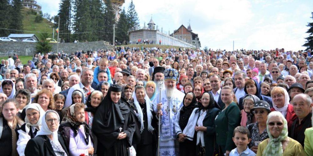 Credincioșii s-au rugat împreună cu ÎPS ANDREI, la hramul Mănăstirii Piatra Fântânele