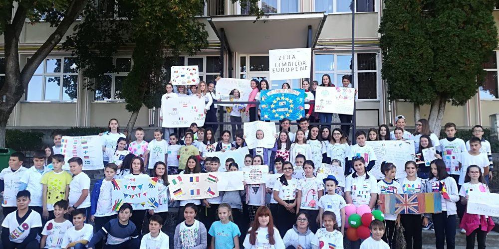 """Ziua Europeană a Limbilor la Școala  """"Avram Iancu"""":  multilingvism, energie pozitivă, zâmbete și tricouri cu mesaje"""