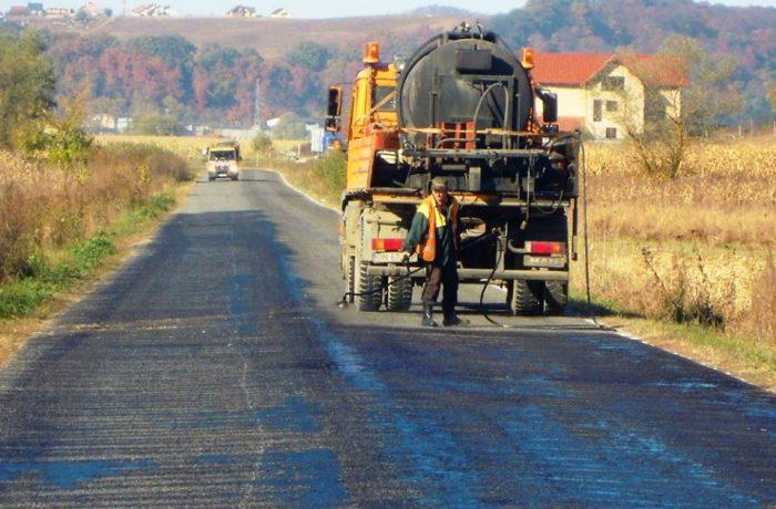 Lucrări de asfaltare pe ultimele două sectoare ale drumului județean DJ 161D