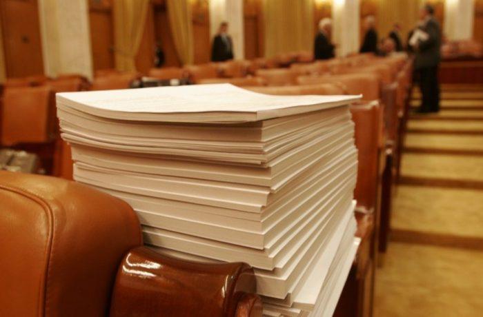 Legea care a scos tâlharii din puşcării: politicienii aruncă vina unii pe alţii