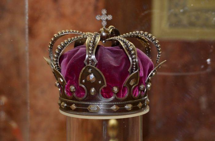 Povestea coroanei de oțel care, de la 1 ianuarie, este pe stema României