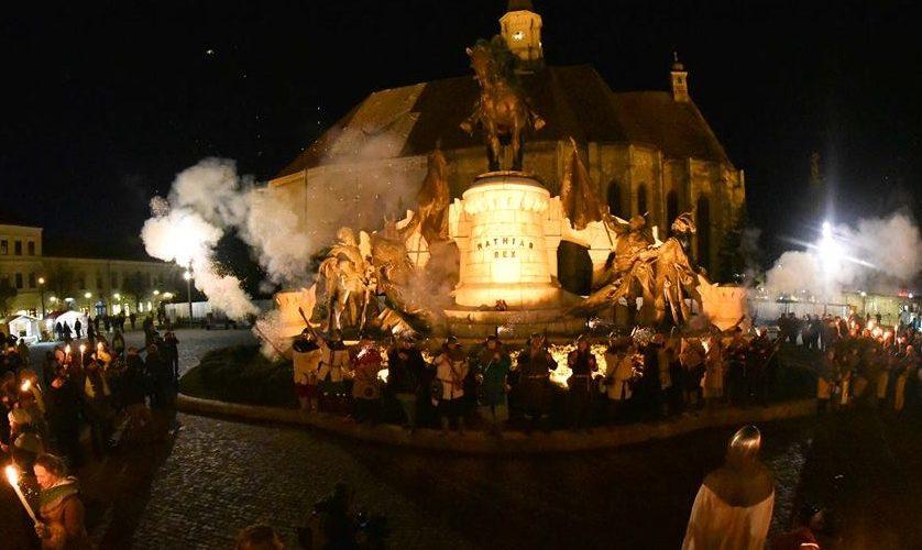Marş cu torţe şi ţinute medievale la Cluj, la 576 de ani de la naşterea lui Matei Corvinul