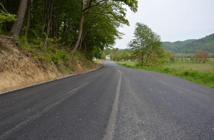 Au fost finalizate lucrările de asfaltare pe drumul județean 109E Dej – Vad – limită cu județul Sălaj