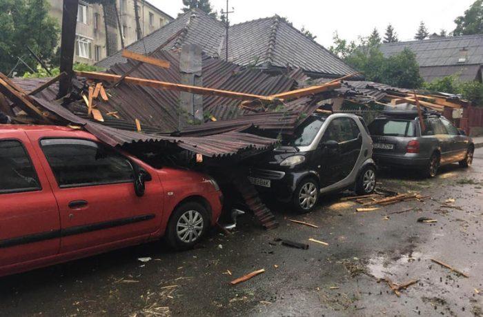 Bilanț după furtuna de ieri: acoperișuri smulse de vânt, copaci doborâți, mașini avariate