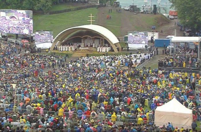 Papa Francisc, a fost  aşteptat de mii de pelerini la Şumuleu Ciuc şi Iaşi