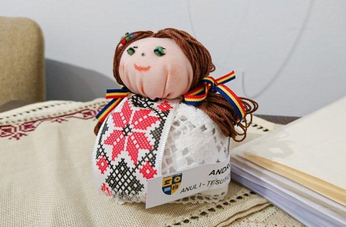 Cursantele Școlii de Arte Cluj, secția țesut-cusut, și-au prezentat lucrările de diplomă și de final de an