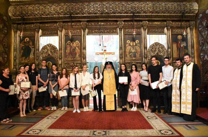 Mitropolitul Andrei i-a premiat pe elevii de liceu din Arhiepiscopia Clujului, care au obținut 10 la examenul de Bacalaureat
