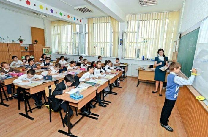Se modifică numărul de ore petrecute de elevi la şcoală