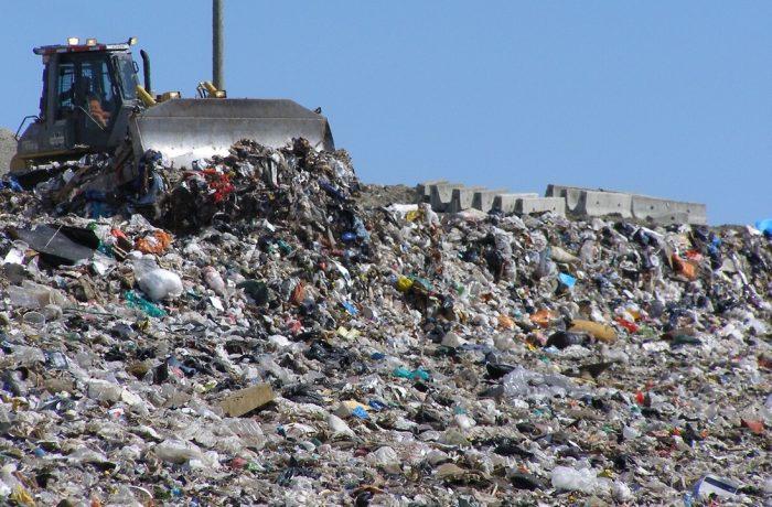 Paradox: România importă deșeuri, deși se îneacă în gunoaiele de tot felul