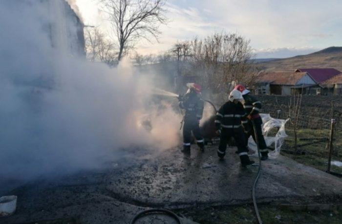 Flăcările au mistuit casa unei familii din Ocna Dej