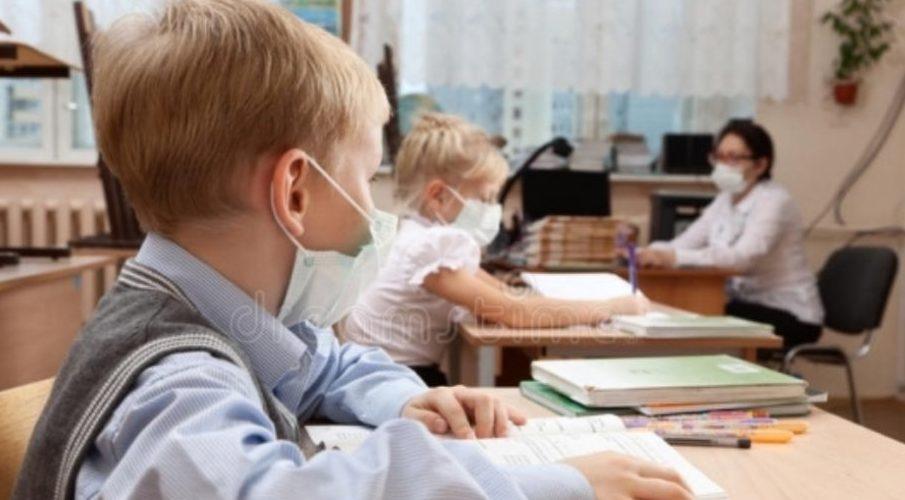 Școală ar putea începe abia în octombrie, iar în septembrie elevii să învețe online