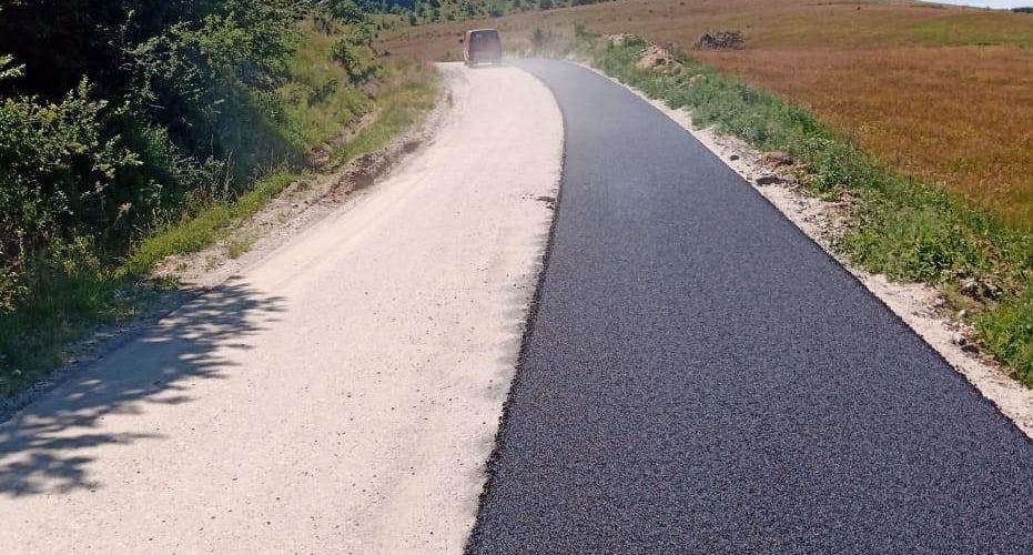 A început asfaltarea pe DJ 161 Panticeu – Sărata – limită cu județul Sălaj