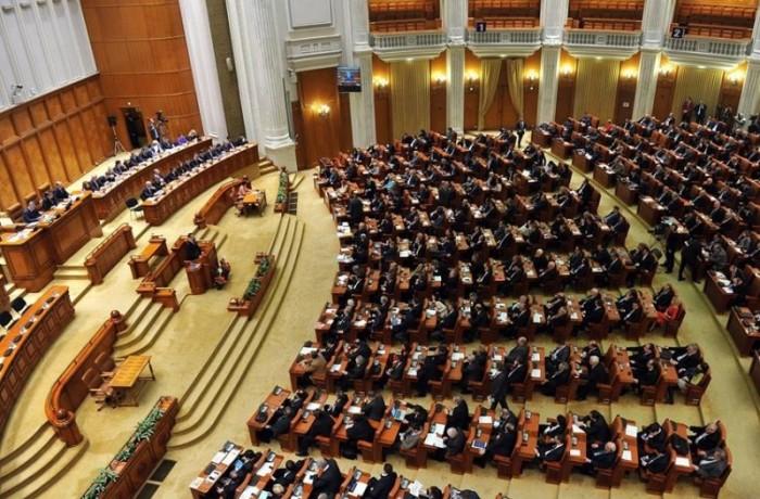Parlamentarii îşi reiau activitatea în plen, după vacanţa de vară
