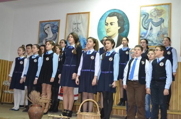 """Şcoala """"Mihai Eminescu"""" din Dej, şi-a omagiat patronul spiritual"""