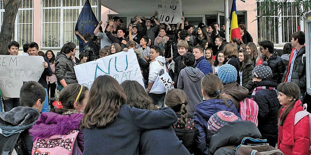 Din toamnă, elevii au dreptul să protesteze și să dea note profesorilor!