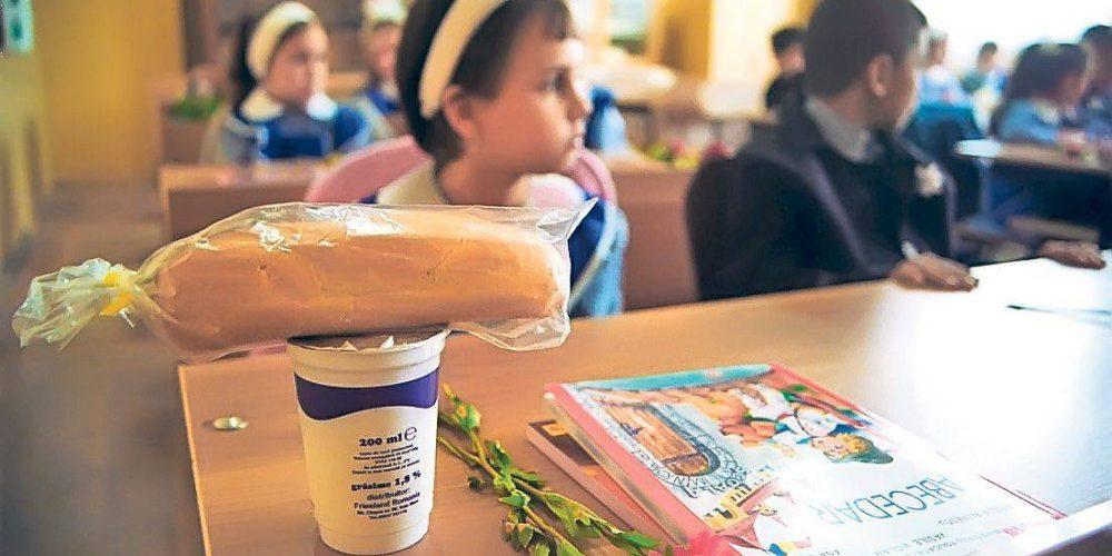 Laptele şi produsele de panificaţie, asigurate elevilor din județ