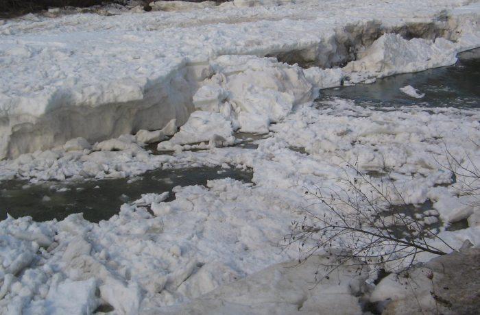 Poduri de gheață pe cursurile de apă din județ. La Dej, gheață la mal.