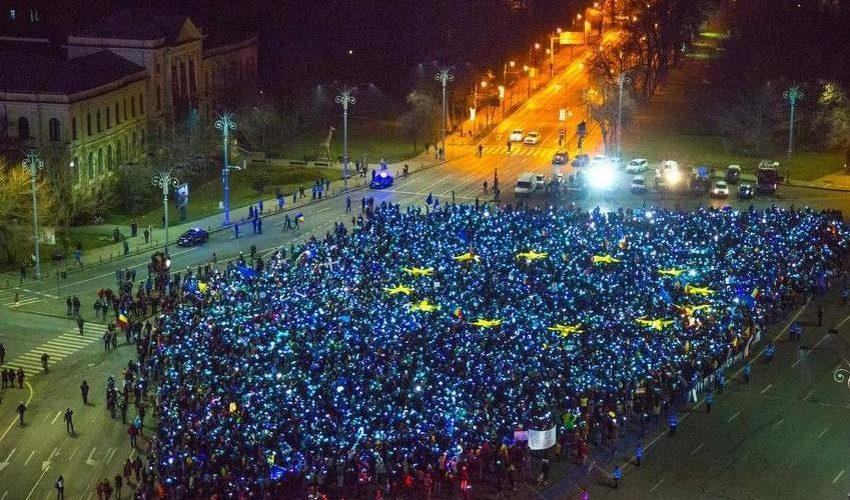 Peste 3.000 de protestatari au realizat în Piața Victoriei steagul UE și au intonat imnul național