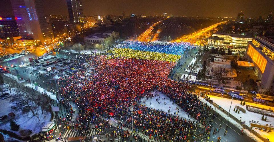 Moment unic în Piața Victoriei: Un tricolor uman uriaș în fața Guvernului !