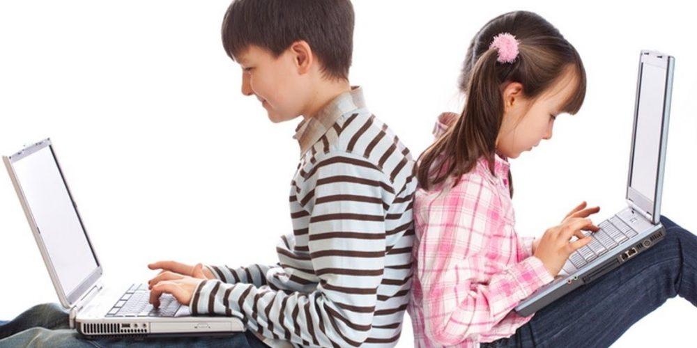 Copiii care au telefon și calculator petrec până la cinci ore pe zi pe aceste dispozitive