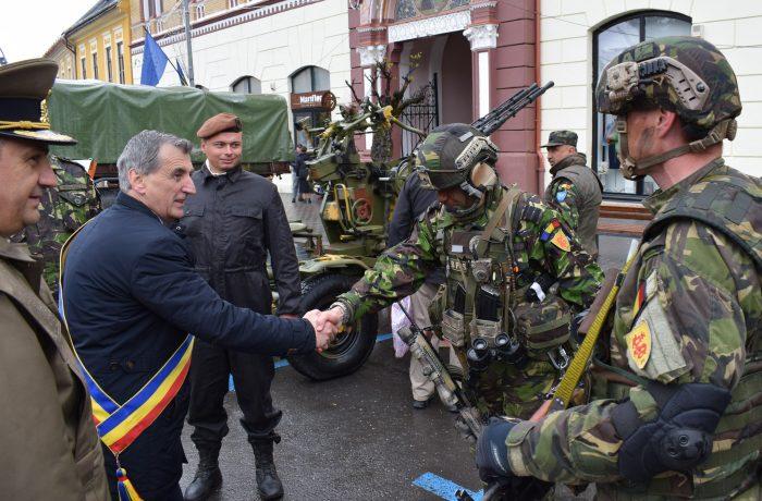 """Primarul Municipiului Dej le urează militarilor dejeni, """"La mulți ani"""" cu ocazia Zilei Forțelor Terestre"""