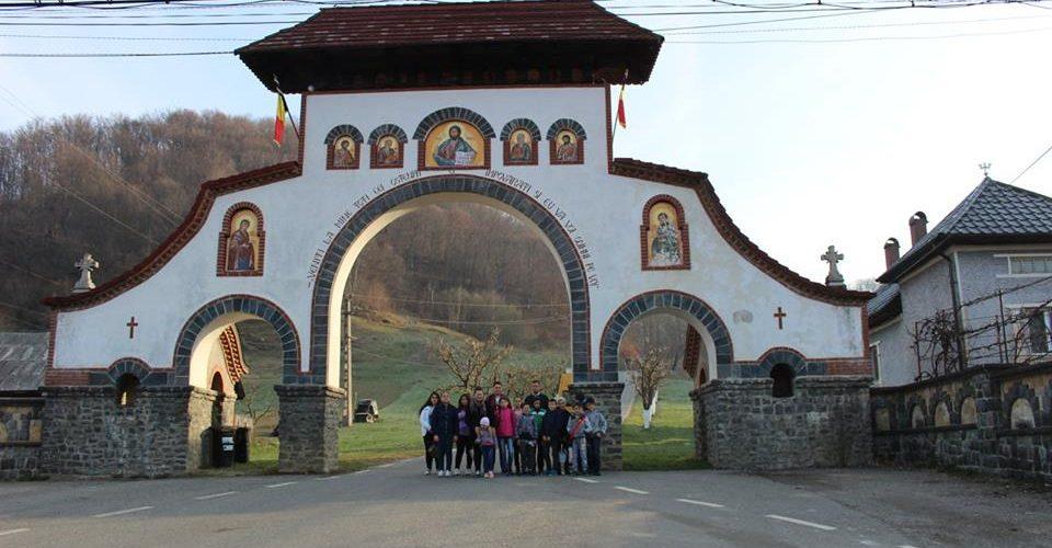 Elevi din Chiuiești, în vizită la Mănăstirea Rohia